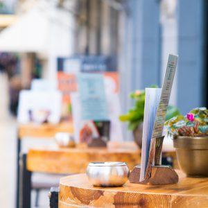 stolik kawowy na ulicy