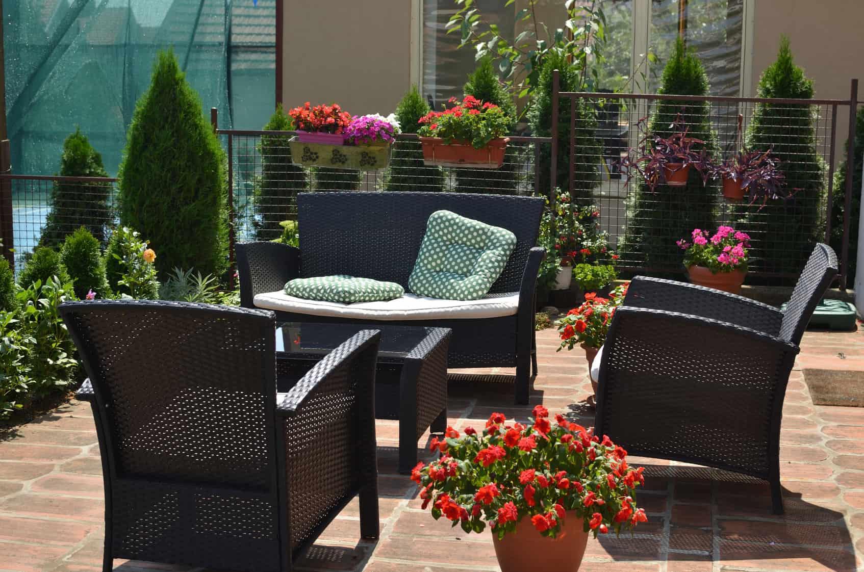 krzesła w ogrodzie