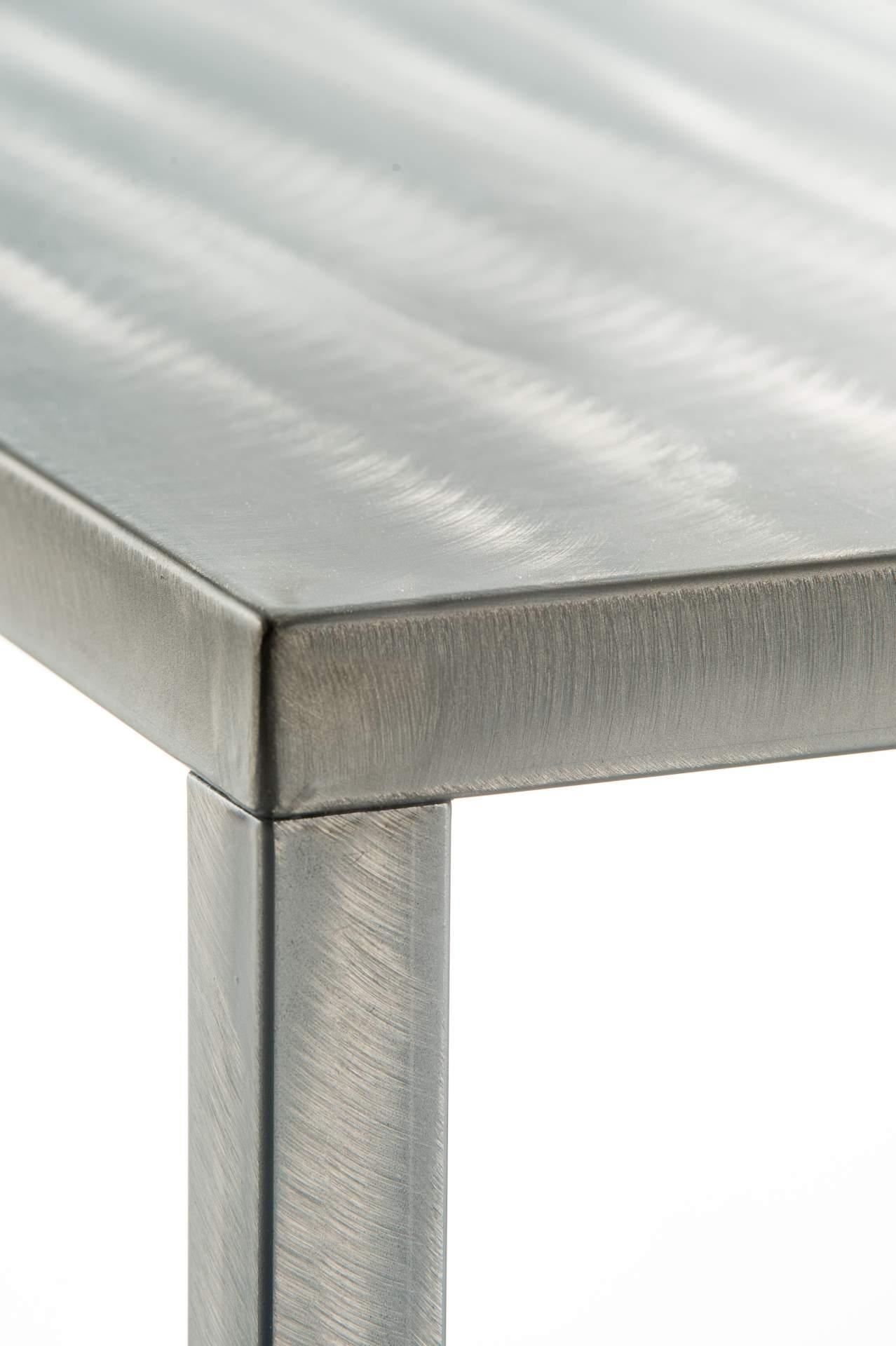 Stół z efektem surowej stali