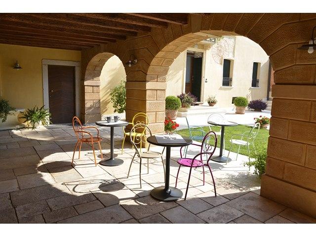 Kolorowe krzesła metalowe do kawiarni i restauracji